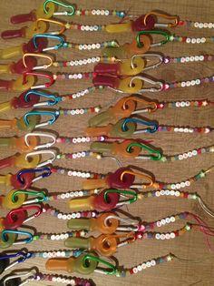 Sleutelhangers gemaakt voor op school, kralen en karabijnhaak via aliexpress besteld!