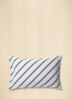 Tyynynpäällisessä on Carina Seth-Anderssonin uusi, sinivalkoinen Mint-kuosi. Materiaalina on puuvillasekoite, ja sivulla…