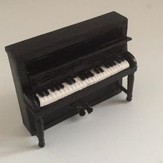 "49 gilla-markeringar, 1 kommentarer - @miniaturesinarow på Instagram: ""#piano#miniature #miniatyr #dockhus #dockskåp #dollhouse #nukkekoti #diy This is in scale 1:18"""