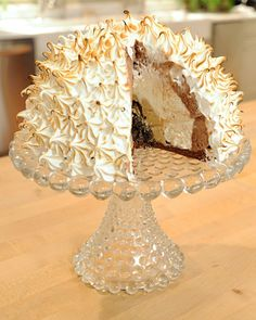 martha stewart baked alaska Moist cake is topped with three layers of ice cream and fluffy meringue in this old-fashioned dessert. Chocolate Sprinkles, Chocolate Ice Cream, Melting Chocolate, Chocolate Cake, Profiteroles, Cupcakes, Cupcake Cakes, Frozen Desserts, Just Desserts
