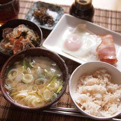 ダイエット9日目の朝食 - - - - - ✩ ベーコンエッグ ✩ 春雨の中華サラダ ✩ 昆布の佃煮 ✩ 大根とほうれん草の味噌汁 ✩ 玄米ごはん - - - - - 先週末のツケが遅れてやってきて、体重は少し戻ってしまい、心も折れ気味(´・з・`) ペース戻さないと! - 14件のもぐもぐ - ダイエット9日目の朝食 by shizuho