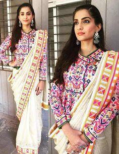 Sonam kapoor in saree. Sonam kapoor saree styles to learn Sonam Kapoor Saree, Bollywood Saree, Bollywood Fashion, Blouse Back Neck Designs, Silk Saree Blouse Designs, Blouse Patterns, Outfit Essentials, Indian Dresses, Indian Outfits