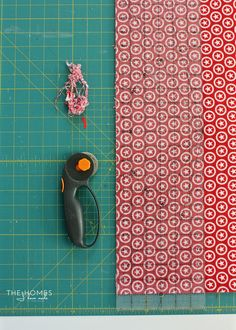 Learn how to sew boxed corners: the simple sewing technique for giving a flat piece of fabric corners to fit over tables, cushions and more! Sewing School, Sewing Class, Sewing Box, Sewing Lessons, Sewing Hacks, Bag Patterns To Sew, Sewing Patterns, Zipper Pouch Tutorial, Purse Tutorial