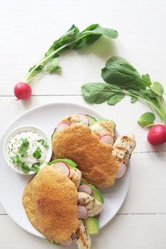Pita broodjes van havermout met gegrilde kip en avocado