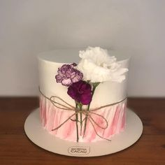 The cake is one of the biggest stars of any party and the possibilities of decoration are many. To make the right choice, a great suggestion is to invest Elegant Birthday Cakes, Beautiful Birthday Cakes, Elegant Cakes, Cake Decorating Videos, Cake Decorating Techniques, Bolo Nacked, Lolly Cake, Ocean Cakes, Bithday Cake