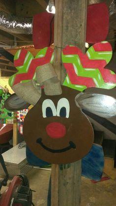Reindeer door hanger by Tara Christmas Ideas, Christmas Wreaths, Christmas Crafts, Reindeer Head, Diy Door, Diy Projects To Try, Wood Doors, Door Hangers, Door Wreaths