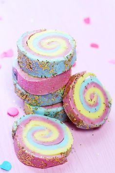 DIY Seife lässt sich ganz einfach zuhause in allen Variationen selber machen. Klick hier, um zu erfahren, wie du Regenbogen Seife selber machst!