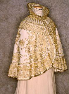 edwardian-time-machine: Shawl or cape 1900 Source 1900s Fashion, 19th Century Fashion, Edwardian Fashion, Vintage Fashion, Vintage Coat, Looks Vintage, Vintage Items, Historical Costume, Historical Clothing