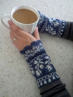 Ravelry: Project Gallery for Rose Wristers pattern by Sue Flanders & Janine Kosel Knit Mittens, Knitted Gloves, Knitting Socks, Hand Knitting, Knitting Patterns, Hat Patterns, Loom Knitting, Stitch Patterns, Wrist Warmers