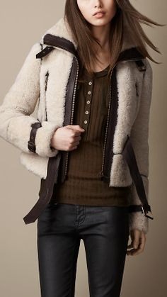 Luxury & Vintage Madrid offers you the best selection of contemporary and vintage clothing in the world. Fur Fashion, Look Fashion, Winter Fashion, Womens Fashion, Coats For Women, Jackets For Women, Clothes For Women, Shearling Jacket, Leather Jacket
