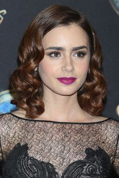 Lily Collins Hair Tutorial How to Get Wavy Hairstyles for Medium Length Hair Source by rachelschles Phil Collins, Sandra Bullock, Step Cut Hairstyle, Lily Collins Hair, Christmas Party Hairstyles, Red Carpet Hair, Vintage Hairstyles, Wavy Hairstyles, Hairdos
