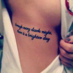 """Pequeño tatuaje en las costillas que dice """"through every dark night, there is a brighter day."""" que significa """"a través de todas las noches oscuras, hay un día más brillante""""."""