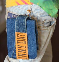 この春から小学校に上がった長男は、ハンカチとティッシュを 携帯するように言われているのですが、 ズボンのポケットでは小さ過ぎて入りません。 そこで、古いジーンズをリメイクして、ズボンのベルト通しに 取り付けられる、移動ポケットを作ってみました。