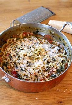 Een grote internet-foodtrend: one pot pasta. Ja, da's dus een pastagerecht waar je maar één pan voor nodig hebt. Zo ontzettend slim!
