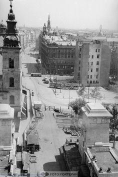A felrobbantott Erzsébet híd pesti hídfője, a Kossuth Lajos utca felé nézve Old Pictures, Old Photos, Vintage Photos, Budapest Hungary, Homeland, Historical Photos, Tao, Paris Skyline, Arch