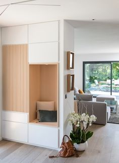 Ôde to nature – MARION LANOE, Innenarchitektin und Dekorateurin, … - Sonnenseite. Decor Interior Design, Furniture Design, Interior Decorating, Living Room Shelves, Home Living Room, Hot Tub Privacy, Apartment Plans, Built In Bench, House Entrance
