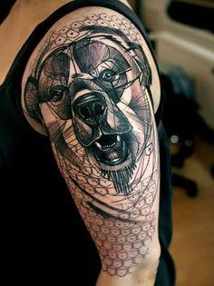 superbe tatouage - chien sur l'épaule