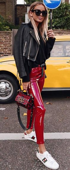 Street Style Addict Biker Jacket Plus Bag Plus Red Leather Pants Plus Sneakers - Women's Style - Outfits Outfits Otoño, Best Casual Outfits, Leder Outfits, Fall Outfits, Fashion Outfits, Vinyl Leggings, Red Leggings, Leather Pants Outfit, Casual Fashion Trends