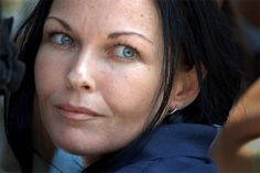 Australian trafficker Corby released from prison in Bali.  #Corby's case has been the subject of huge public interest back home ever since her arrest in #Bali.  #Indonesia (AFP) - #Australian #drugtrafficker Schapelle Corby, hiding her face from a media scrum, was hustled out of prison Monday to start the next chapter of her troubled life after more than nine years behind bars in Bali. #Crime #DunyaNews