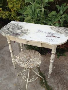 Chalk Paint® Decorative Paint by Annie Sloan combined with Artisan Enhancements Crackle Tex and Transfer Gel to transform this beautiful Kidney Table. Hoity-Toity Peacock check out the chair! Now I know what to do with the old bistro chairs Annie Sloan Painted Furniture, Decoupage Furniture, Chalk Paint Furniture, Hand Painted Furniture, Refurbished Furniture, Shabby Chic Furniture, Furniture Projects, Furniture Makeover, Vintage Furniture
