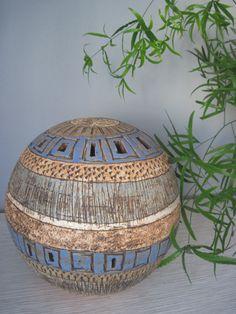 velká modrá koule Keramická dekorativní koule vhodná jak do interiéru tak i do zahrady. Je vyrobená ze šamotové hlíny, zdobená otisky a rytím, glazovaná. Průměr velké koule je 25cm. Dobře se doplňuje s malou koulí o průměru 13cm.