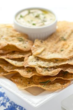 These shatteringly crisp Lemon Rosemary Flatbread Crackers are perfect with hummus and dips but also pair well with salads and soups. Italian Crackers Recipe, Hummus, Homemade Crackers, Healthy Crackers, Homemade Chips, Homemade Breads, Healthy Treats, Snacks, Recipes