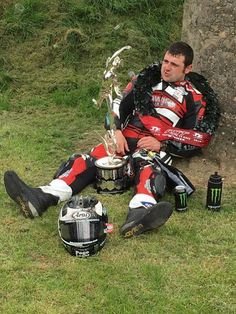 Micheal Dunlop after the race . Robert Dunlop, William Dunlop, Motorbike Racers, Racing Motorcycles, Guy Martin, Bike Leathers, Brothers In Arms, Valentino Rossi, Biker Chick