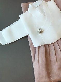 Korean Traditional, Traditional Fashion, Traditional Outfits, Modest Fashion, Hijab Fashion, Fashion Beauty, Korea Dress, Modern Hanbok, Vogue Korea
