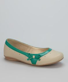 This classic pair of ballet flats comes in a dainty yet solid silhouette securing the feet for stable strides, with stitched lines and a bitty bow for added style.