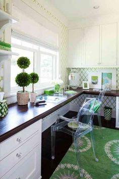 bureau à domicile parsemé d'accents verts