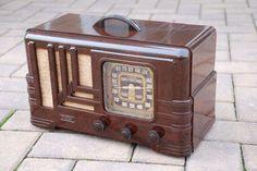 FADA Pre World War 2 antique tube radio. Bakelite body.