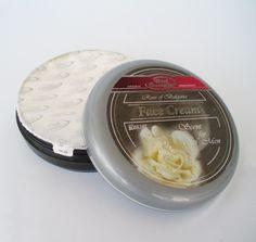 Crema hidratante para hombre. Mantendrá la piel de la cara  perfectamente hidratada, regenerándola. Contiene aceite de rosa damascena.