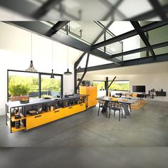 Schmidt yellow and black kitchen, a modern and vivid design thanks to our wide colour range and mix and match options to make your bespoke kitchen. 😊