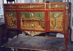 Commode époque transition Louis XV, Louis XVI à trois tiroirs dont 2 sous traverses visibles. Marquetée de paysages antiques et personnages composés de différentes essences, bois de rose, sycomore teinté ou buis amarante et palissandre. Support chêne et sapin. Garniture de bronze ciselée et dorée.
