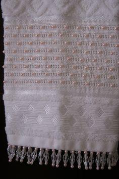 Toalha com bordado feito em pérolas. Finíssimo acabamento.