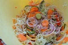 Salata de muraturi reteta de ciolomada ungureasca | Savori Urbane Pickling Cucumbers, Cobb Salad, Pickles, Spaghetti, Ethnic Recipes, Food, Recipes, Style, Cook