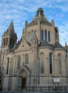 DeBasiliek van Onze-Lieve-Vrouw van Goede Bijstandligt inPéruwelzinHenegouwen(en in het bijzonder in de voormaligeBelgische gemeenteBon-Secours, de plaats met eenbedevaartgericht op een oude eik gewijd aan Notre-Dame-du-chêne-entre-deux-bois).