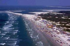 Salinas, a 220 quilômetros de Belém, é o balneário mais procurado do Pará. Suas praias têm areia branca e fina, águas mornas e esverdeadas. Além disso, Salinas conta com uma boa infraestrutura, com hotéis e transporte rodoviário confortável e com regularidade.