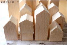 Holzhäuser bauen: Die perfekte Deko für Herbst und Winter – DIY Deko Holzhäu… Build wooden houses: the perfect decoration for autumn and winter – DIY decoration of wooden houses. Squared timber, saws, acrylic varnish etc. Wooden Crafts, Wooden Diy, Bois Diy, Diy Tumblr, House Of Beauty, Diy Presents, Handmade Books, Diy Home Crafts, Christmas Diy
