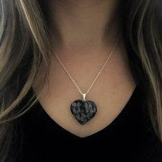 38,90 - Colar Folheado Pedra Natural Coração Obsidiana