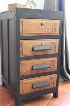 Ancien chiffonnier relooker avec une patine noire et cirée, le plateau du meuble n'est pas d'origine. Dimensions :H70 x L37 x P45 Le meuble...