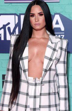 Pinterest: DEBORAHPRAHA ♥️ Demi lovato wtih Kim kardashian extra long straight hair