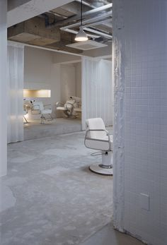 "Hair salons in Japan are at their best these days. It is the case of "" kilico. "" by Makoto Yamaguchi Design : the salon is located in. Hair Salon Interior, Salon Interior Design, Beauty Salon Design, Spa Interior, Yamaguchi, Schönheitssalon Design, Concrete Block Walls, Makoto, Hair Shop"