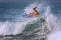 Stunning surfing at Snapper Rocks. Nikki Van Dijk I think.  #australia #goldcoast #visitgoldcoast #snapper #snapperrocks #coolangatta #superbanks #greenmount #kirra #surfing #surf #barrel #wave #waves #duranbah #nikkivandijk by chrismeimaris