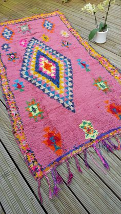 Beautiful Vintage Moroccan Rug woven by hand from scraps of fabric / boucherouite / boucherouette  They were beautiful crafted from the weavers                                                                                                                                                     Mehr