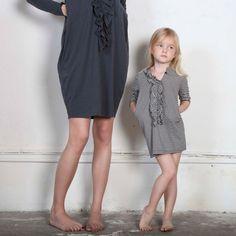 один дабл лук с дочерью, И заодно — идея декора простого платья с застежкой посредине