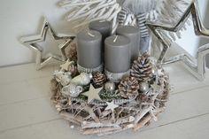 Hallo zusammen!   Biete Euch hier einen schönen Wurzelkranz 30 cm Durchmesser in Grau/Weiß/Silber an.   Ein Wurzelkranz  dekoriert mit 4 Kerzen (Kerzenbrennschutz) die mit Dekoband mit...