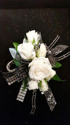 Ideas For Diy Wedding Corsage Wristlets White Roses Homecoming Flowers, Homecoming Corsage, Prom Flowers, Bridal Flowers, Homecoming Dance, Senior Prom, Prom Corsage And Boutonniere, Corsage Wedding, Boutonnieres