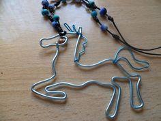 collar de abalorios de arcilla polimerica  con un colgante de alambre  Caballo con ojos de la piedra del maldecap