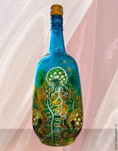 Общий вид бутылки с Одуванчиками. Бутылка рельефная, на месте круглых головок - вдавления в стекле.
